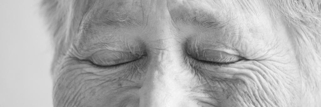 portrait d'auteur noir et blanc yeux fermés