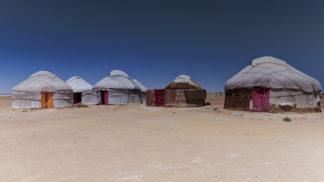 Plaine désertique de l'OUZBEKISTAN avec yourtes.